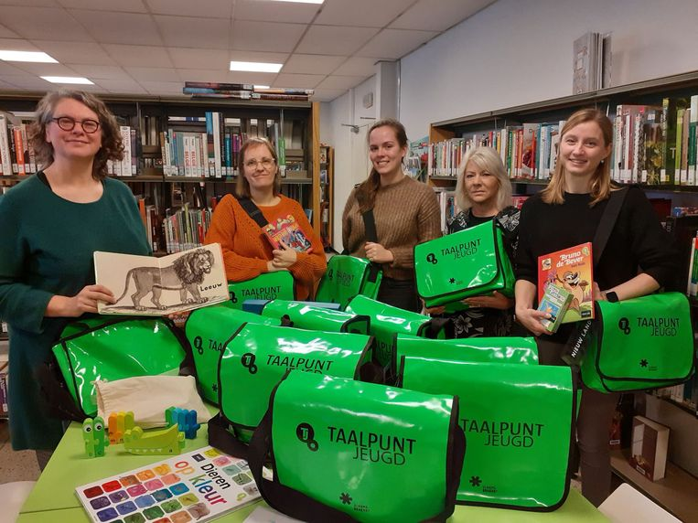 Medewerkers van de de bibliotheken van Wemmel, Liedekerke en Machelen ontvingen de Taaltassen.