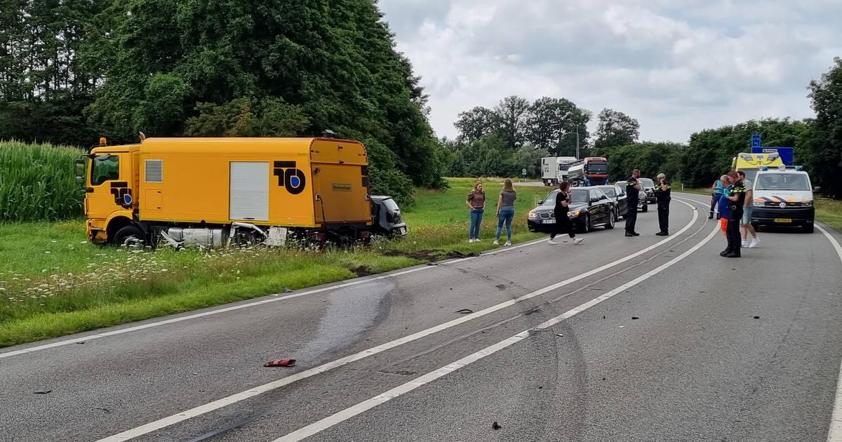 Auto rijdt over verkeerde weghelft op de N315 en veroorzaakt ongeluk met vrachtwagen.