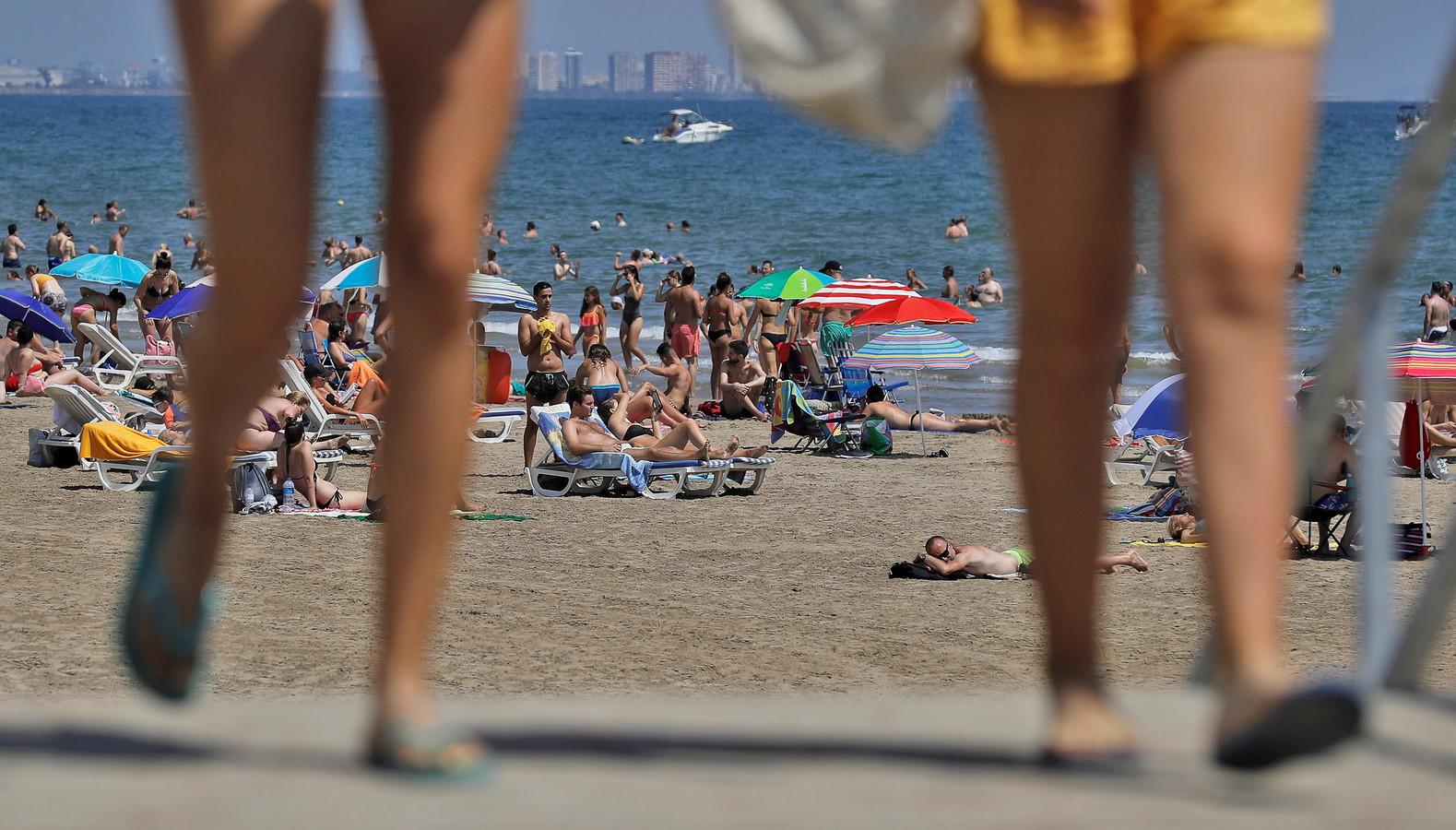 Toeristen op een strand bij Valencia tijdens de zomer van vorig jaar.