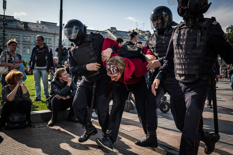 Agenten arresteren een demonstrant tijdens de protesten in Moskou op 3 augustus. Beeld Yuri Kozyrev