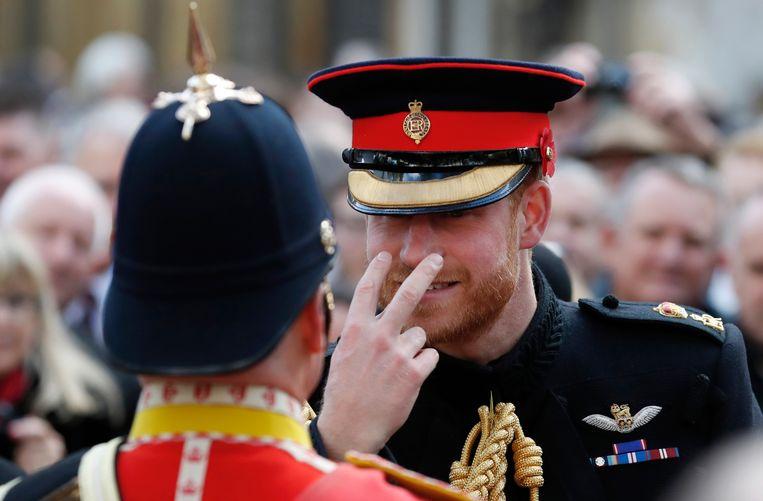 Harry dolt met een militair tijdens de jaarlijkse Field of Remembrance-festiviteit voor Westminster Abbey, 2018. Beeld AP