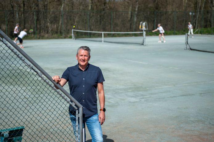 Patrick Vader, manager van SportZeeland, met op de achtergrond het tennisveld van LTC DOS.