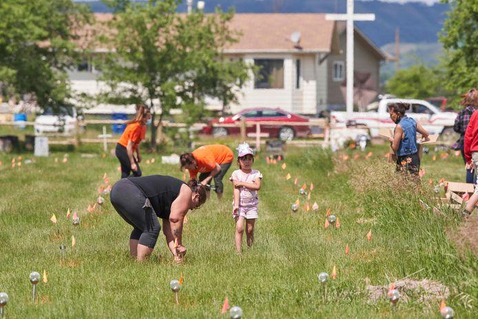 Mensen plaatsen lichtjes bij de voormalige Marieval Indian Residential School in Saskatchewan, Canada, waar meer dan 750 ongemarkeerde graven werden gevonden.