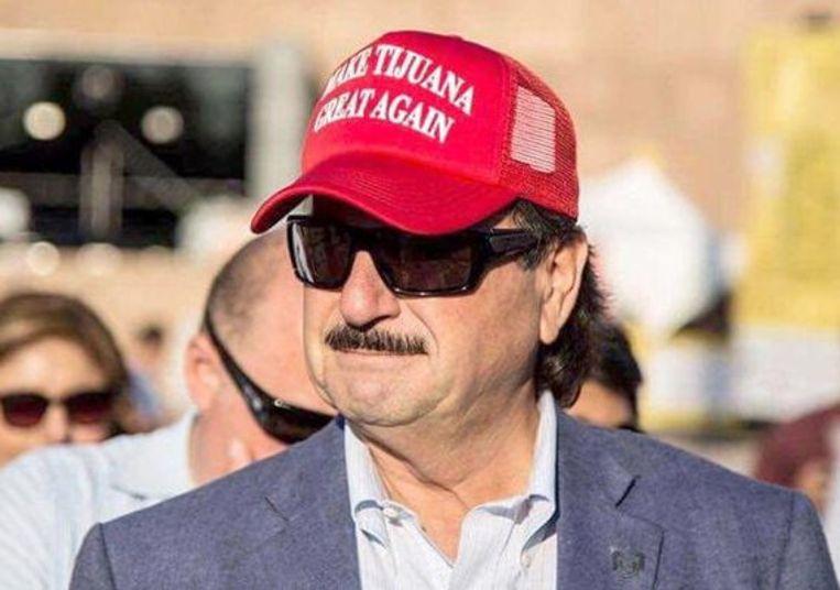 De burgemeester, Juan Manuel Gastélum, draagt graag een pet met 'Make Tijuana Great Again' erop Beeld rv