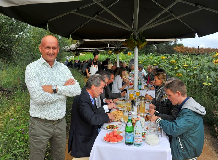 Gerard van Kessel tijdens de lunch in het zonnebloemenveld.