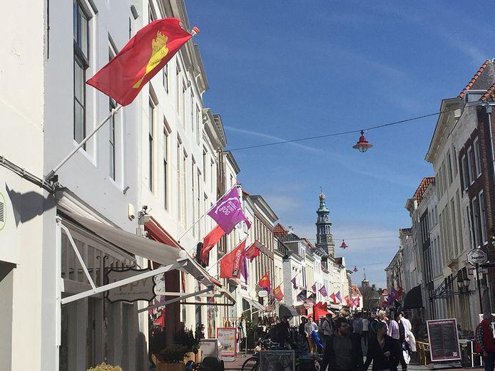 De rode vlaggen met de gele toren wapperen nu in de winkelstraten, afgewisseld met de paarse vlaggen met het logo van Middelburg 800.