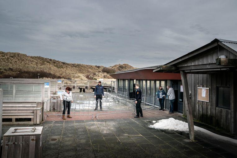 Mensen van de Veiligheidsregio Friesland en de GGD maken het gebouw de Bolder op camping Stortemelk gereed voor de vaccinatie. Beeld Reyer Boxem