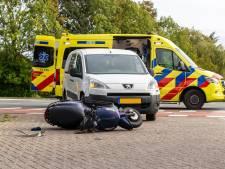 Scooter en auto botsen in Oosterhout, een jongen gewond naar het ziekenhuis