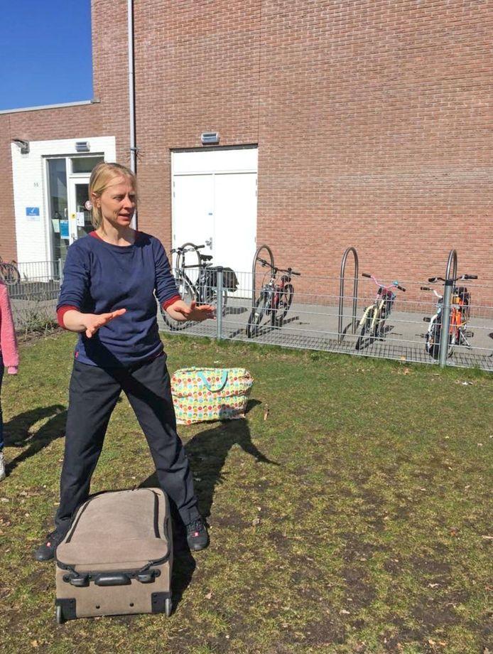"""Theaterdocente Marij Verhaevert geeft les op het schoolplein: ,,Hoe houd je de aandacht goed gebundeld?"""""""