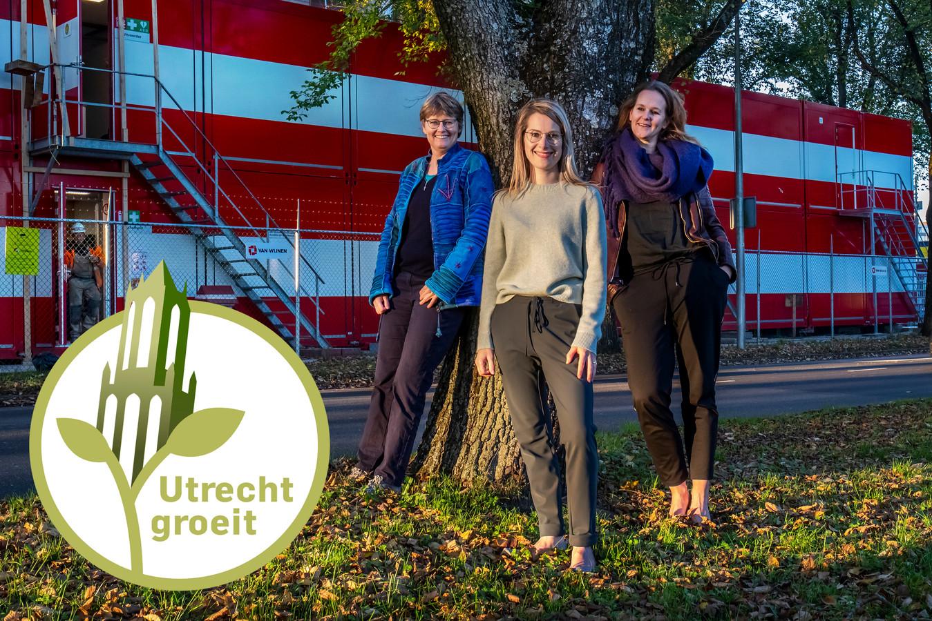 De drie Utrechtse partijleiders van links naar rechts: Heleen de Boer (GroenLinks), Jony Ferket (D66) en Rachel Streefland-Driesprong (ChristenUnie) hier bij de NPD-strook in Overvecht waar volop wordt gebouwd.