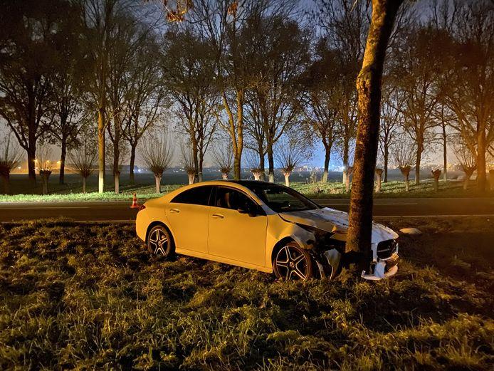 Een Mercedes is gisteren aan het einde van de avond tegen een boom geklapt aan de C.H. Letschertweg tussen De Meern en Utrecht. De bestuurder raakt gewond.