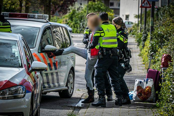 Een vrouw wordt gearresteerd en schopt tegen een politiewagen in Rheden.