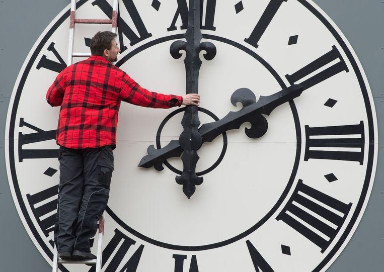 Werkzaamheden aan de klok van de Lukaskirche in Dresden. Beeld AFP