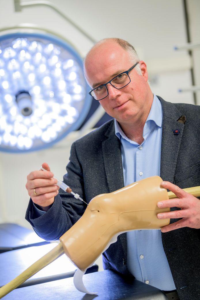 Professor Marcel Karperien van de UT werkt aan een injecteerbare pleister tegen knieartrose.
