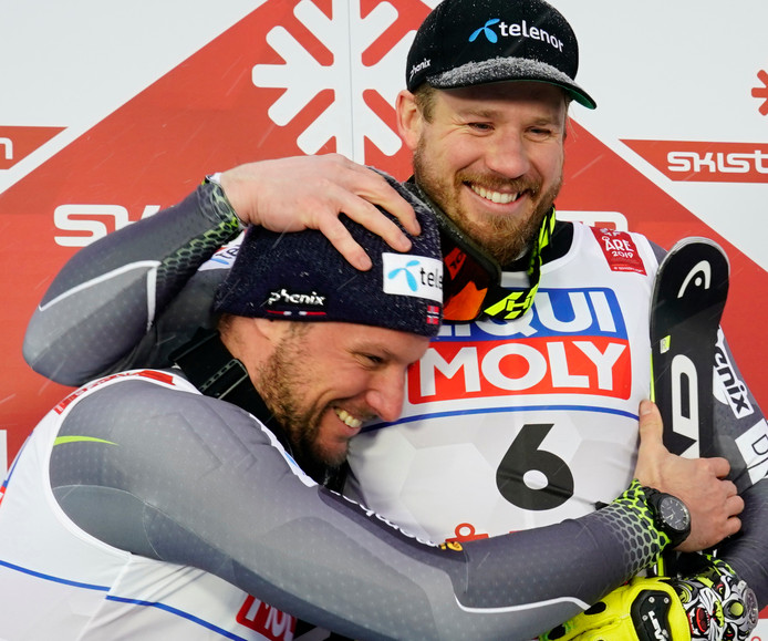Aksel Lund Svindal (links) omhelst landgenoot en winnaar Kjetil Jansrud.
