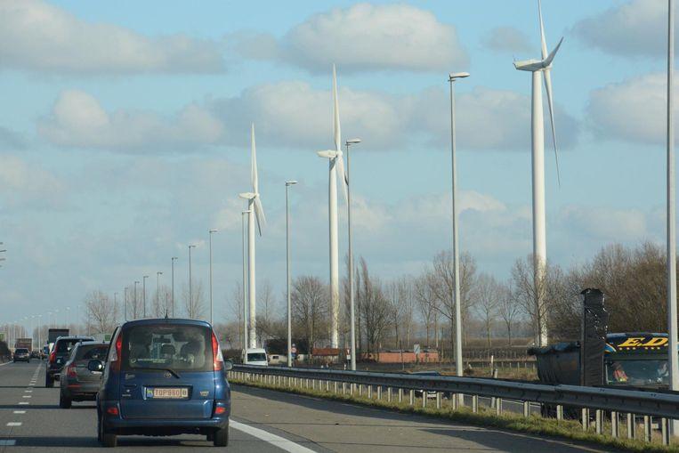 Langs de E34 staat nu al een hele reeks windmolens tussen Sint-Gillis-Waas en Vrasene.