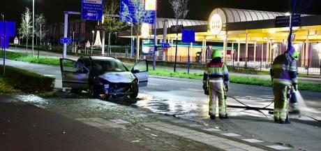 Auto vliegt in brand, Energieweg even op slot