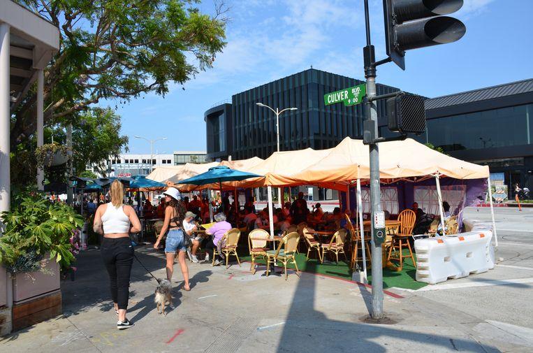 Nieuwe terrassen op de parkeerstrook langs de Culver Boulevard in Culver City, Los Angeles. Beeld Mari Meyer