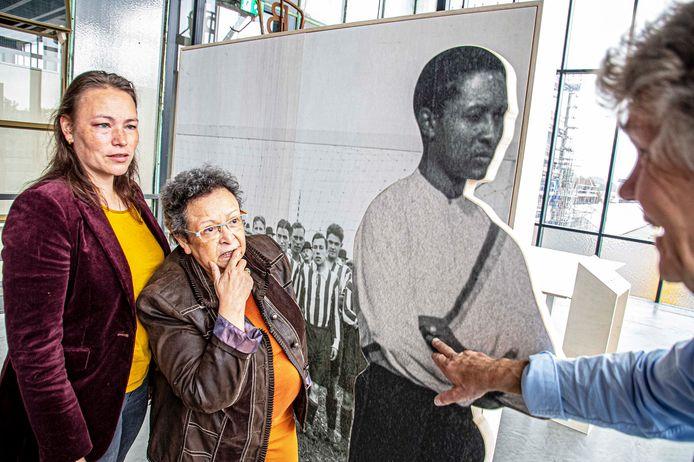 Margreeth van der Harst en haar dochter Mariska Blasweiler bij hun (over)grootvader Constant Cremer, de eerste donkere speler in de Nederlandse voetbalgeschiedenis. Rechts historicus Thijs Kemmeren.