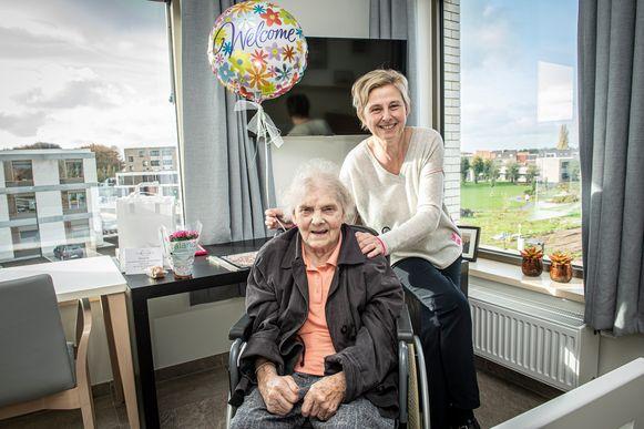 Marie-Thérèse Lavaert en haar dochter Marleen Vanhee in haar nieuwe kamer met mooi uitzicht.