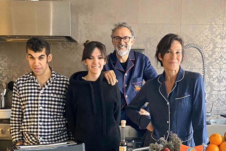 Massimo Bottura en zijn gezin. Het idee voor uitzendingen vanuit de gezinskeuken kwam van dochter Alexia.  Zoon Charlie test de gerechten, echtgenote Lara Gilmore verzorgt de moestuin. Beeld RV