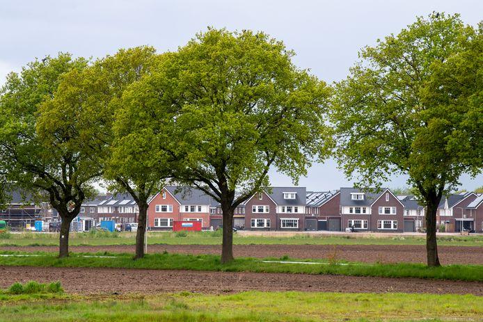 Woningbouw rukt op aan de rand van de stad ten koste van weilanden.