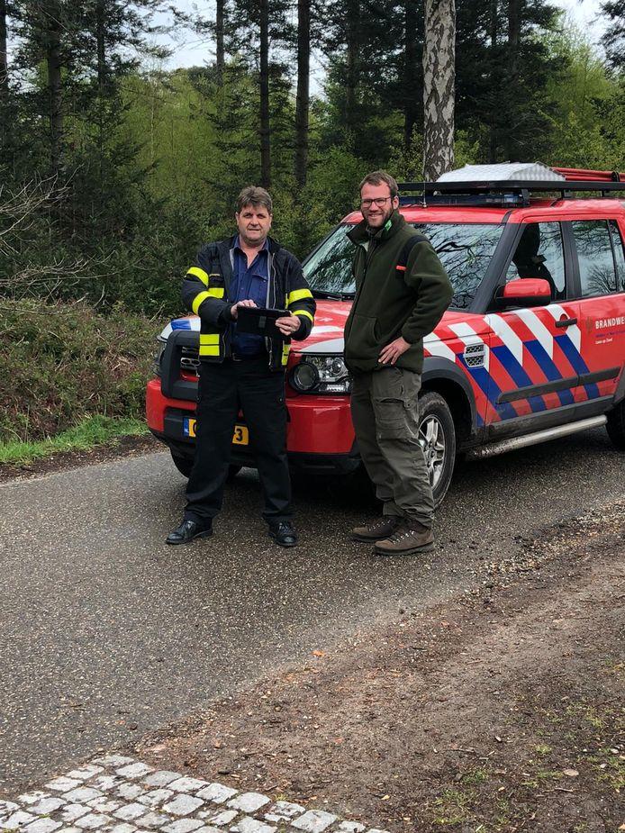 Jef Oostvogels (Brandweer Midden- en West-Brabant) en Olaf van der Geest (boswachter Staatsbosbeheer) bij de schouw in de bossen van Ulvenhout.