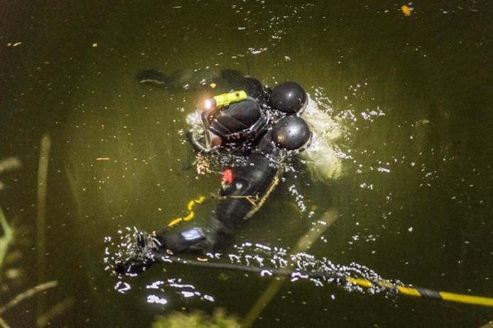 De EOD zocht naar de granaat in het kanaal