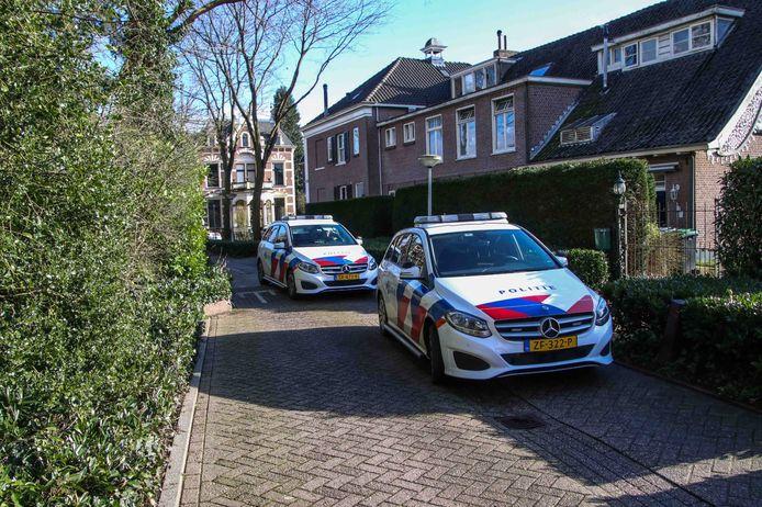 Politie bij de beschoten woning in Dieren.