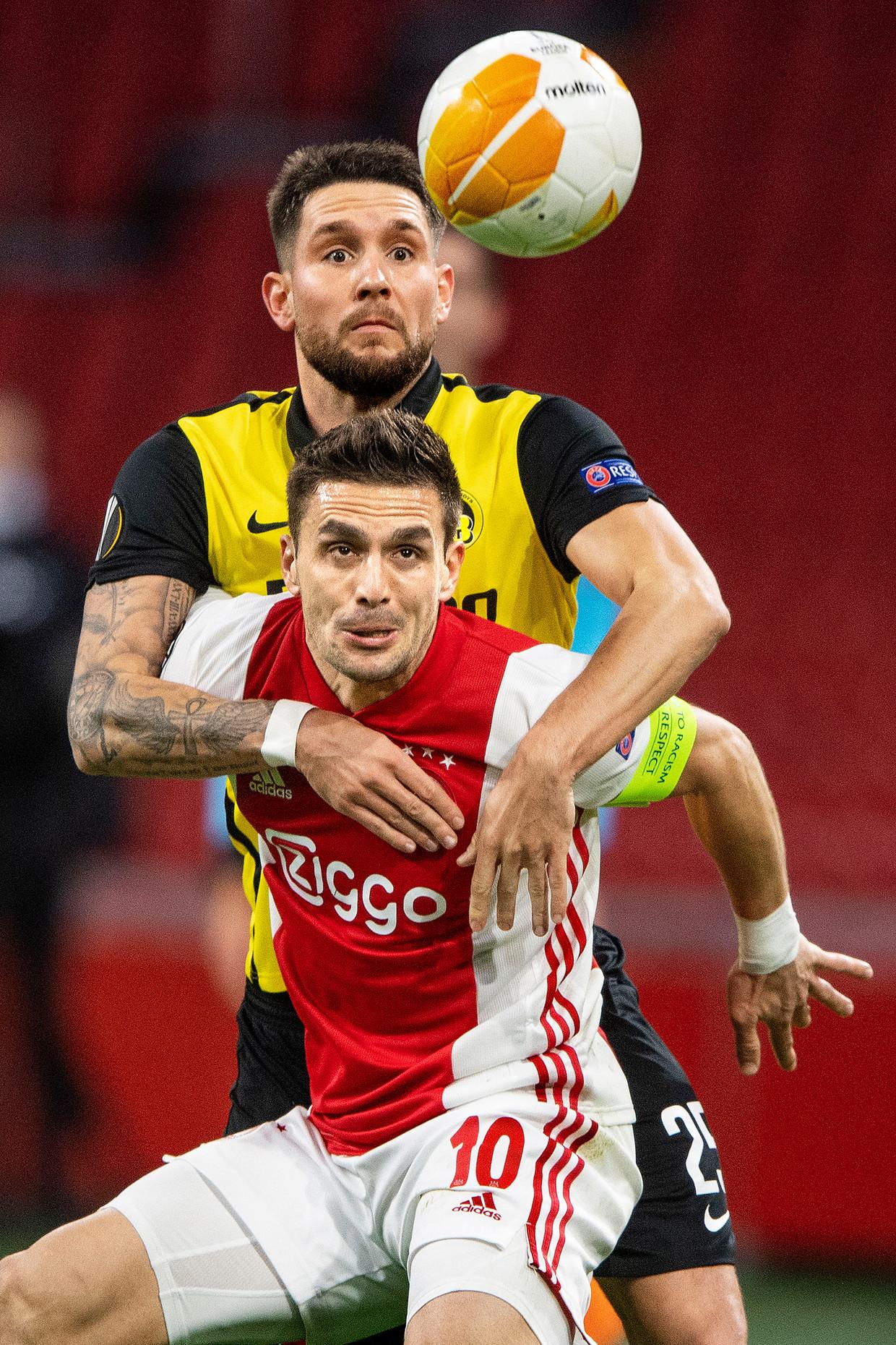 Dusan Tadic in duel met Jordan Lefort van Young Boys. Beeld Guus Dubbelman / de Volkskrant