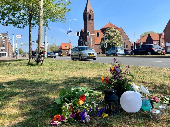 Bloemen op de Spinozaweg, ter nagedachtenis aan het slachtoffer van het dodelijke verkeersongeluk.