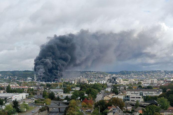 Moins de trois mois après l'incendie, l'usine Lubrizol de Rouen va être autorisée à rouvrir partiellement dans les prochaines heures.