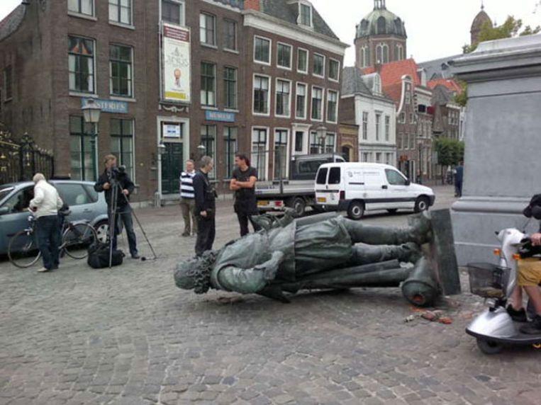 Een beeld van de Nederlandse zeeheld J.P. Coen ligt op de grond. © René Assendelft  Beeld