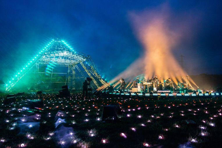 Coldplay op de Pyramid Stage tijdens Glastonbury - Live at Worthy Farm. Beeld Getty