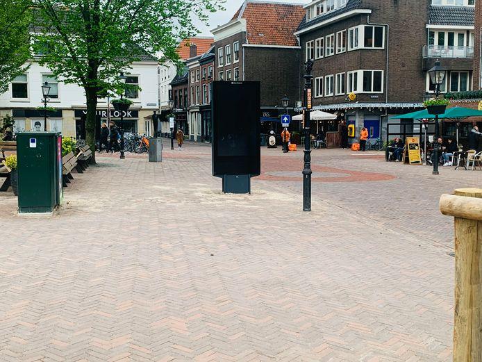 De 2.5 meter hoge reclamezuil op het Ledig Erf Utrecht, die zonder tekst en uitleg ineens op het plein verscheen.