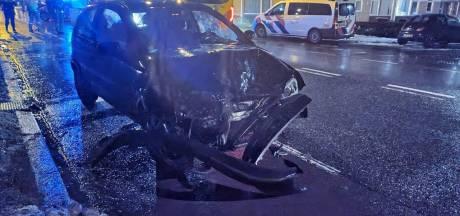 Veel schade na botsing tussen auto en taxibusje in Hengelo