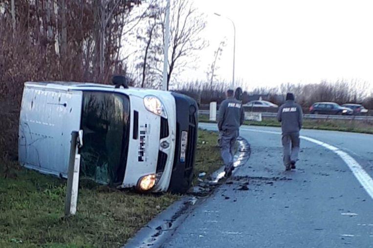 De bestelwagen belandde aan de kant van de weg.