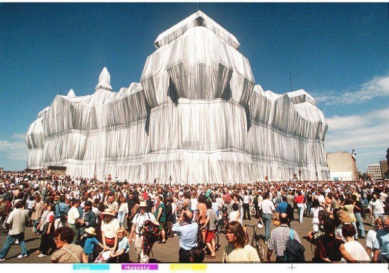 In 1995 pakten Christo en zijn partner Jeanne-Claude de Rijksdag in Berlijn in. Beeld BELGAIMAGE