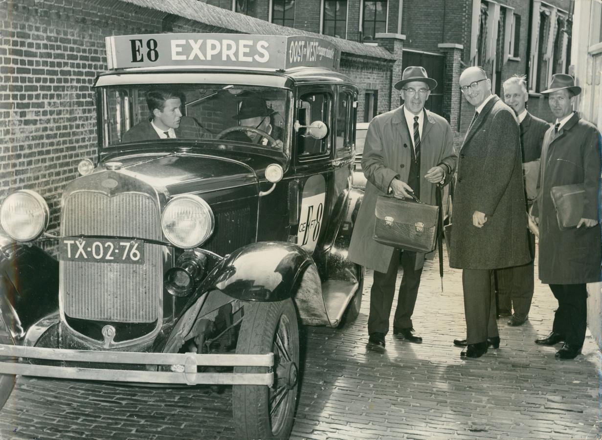 1964: burgemeester Wim Thomassen (met aktetas) en voorzitter Van Heek van de Kamer van Koophandel gaan met de T-Ford op weg naar Den Haag om het doortrekken van de E8 ofwel A1 te bepleiten.
