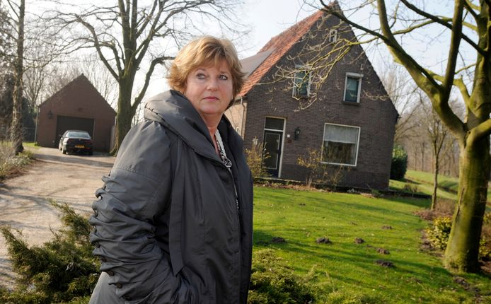Op deze archieffoto uit 2011 de woning aan de Volkelseweg die eind deze maand tegen de vlakte gaat. Bewoonster Ria Koolen,  haar man en twee zonen hadden toen net gehoord dat precies op de plaats van hun huis een rotonde was gepland.