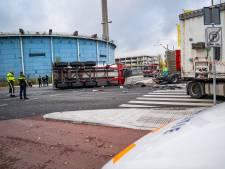 Vrachtwagen met sinaasappelsap gekanteld na aanrijding op de Keileweg