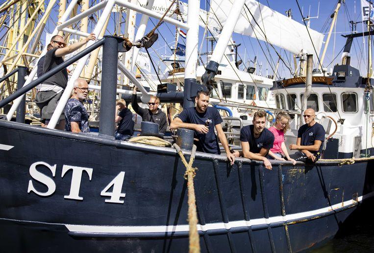 Vissers luisteren vanaf de boot naar de toespraken. Beeld ANP