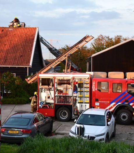 Schoorsteenbrand slaat uit naar dak van woning in Driewegen