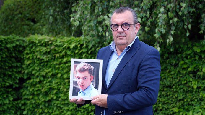 Bart Amez met een foto van zijn zoon Maxim, die stierf aan de gevolgen van een hersentumor.