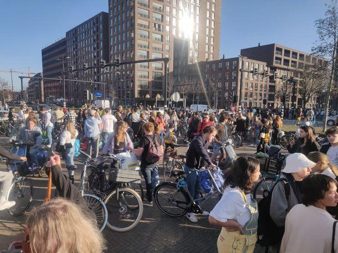 Bezoekers verlaten het Spoorpark in Tilburg.