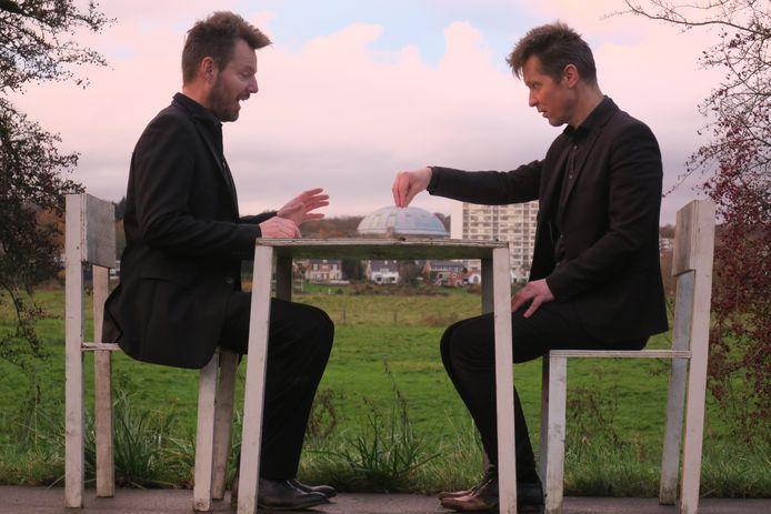 Een kleine witte tafel en twee witte stoeltjes vormen de rode draad in de foto's van Willem Jakobs en Pieter Drift. In het onlangs gepubliceerde Babel zie je dat de twee Arnhem kunstenaars zelf ook vaak een hoofdrol spelen in hun foto's en dan gekleed gaan in het zwart. Altijd.
