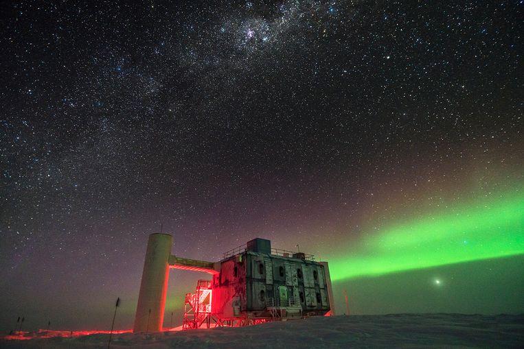 De IceCube-detector op Antarctica betrapt met sensoren diep onder het ijs 'spookdeeltjes', kosmische neutrino's. Beeld Martin Wolf, IceCube/NSF