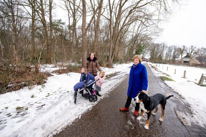 Actievoerders tegen een geplande telecommast aan de Veenweg (5G), Op de foto met op de achtergrond de plek naar die mast moet komen. Gaat om Marijke de Jong (met haar kinderen), Liesbeth Hogenelst.