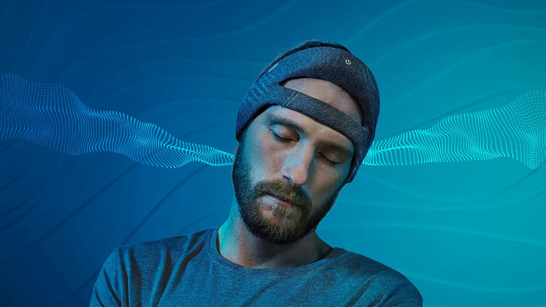De Deep Sleep Headband produceert kleine, onhoorbare geluidjes die de diepe slaap versterken. Beeld Philips