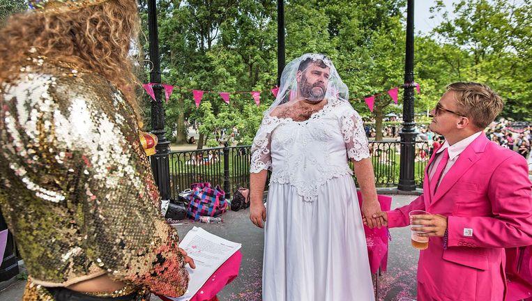 Twee geliefden kijken elkaar nog eens goed aan voordat zij in het huwelijk treden, voor een dag in het Vondelpark. Beeld Guus Dubbelman / de Volkskrant